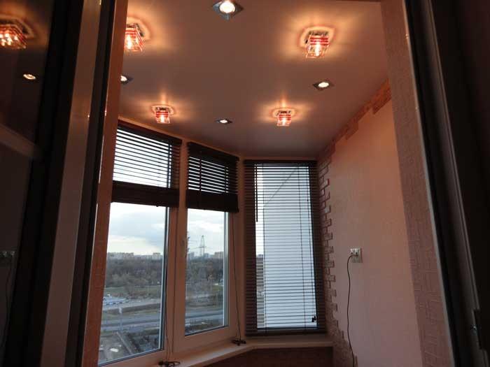 Освещение на балконе и лоджии, фото освещениЯ с помощью бра,.